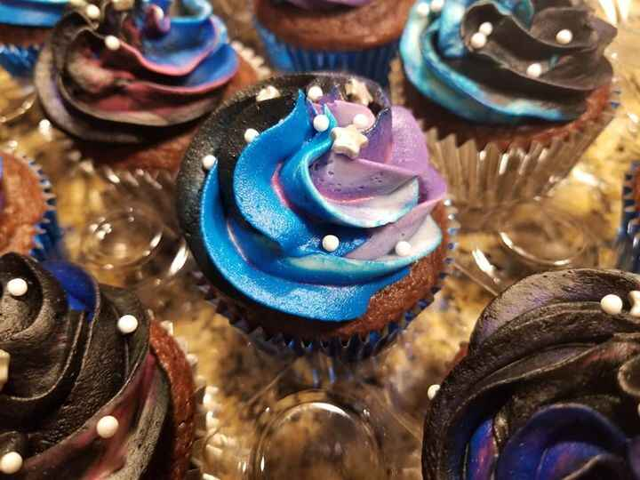 Galaxy cupcakes with a matching cake.